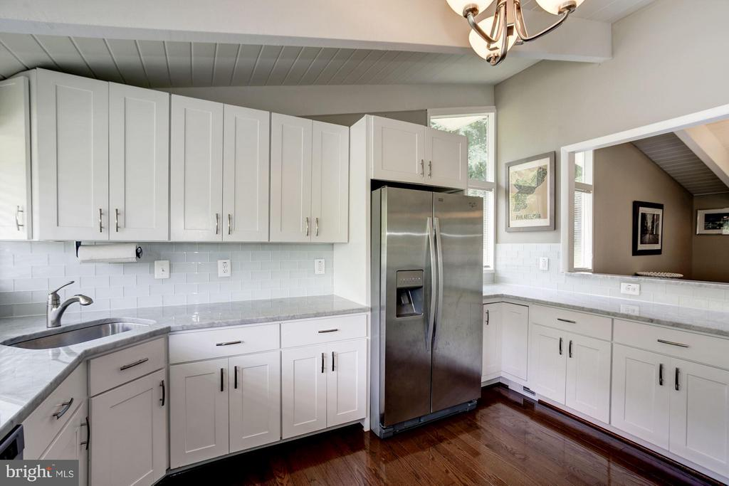 KITCHEN - STAINLESS STEEL APPLIANCES! - 6415 RECREATION LN, FALLS CHURCH