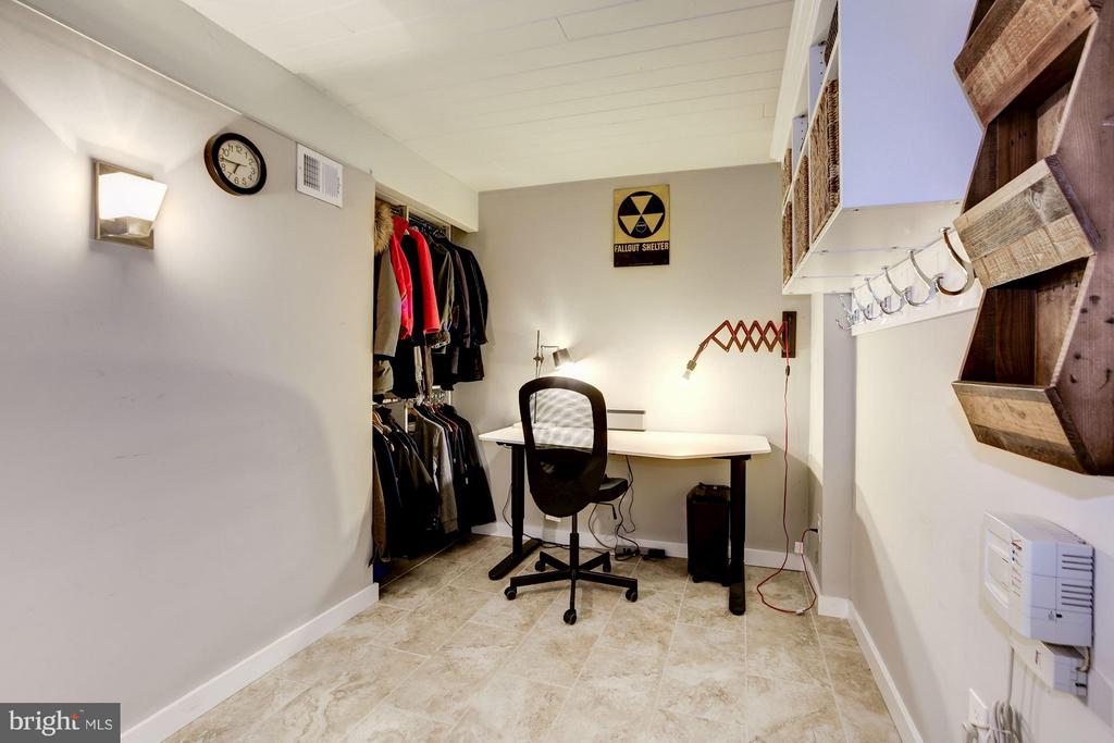HOME OFFICE or DEN or MUDROOM with CUSTOM CLOSET! - 6415 RECREATION LN, FALLS CHURCH