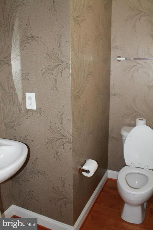 Main level powder room - 605 RAVEN AVE, GAITHERSBURG