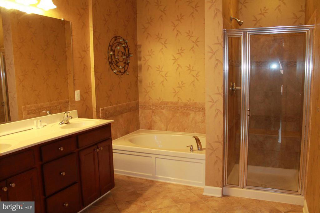 1st upper level master bathroom - 605 RAVEN AVE, GAITHERSBURG