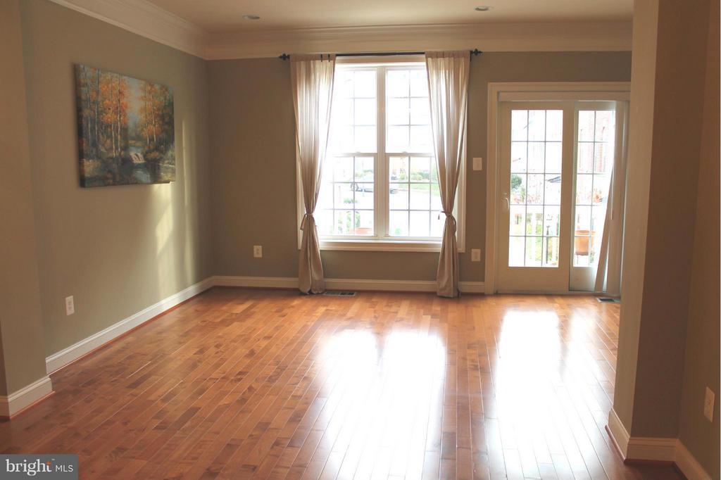 Living room - 605 RAVEN AVE, GAITHERSBURG