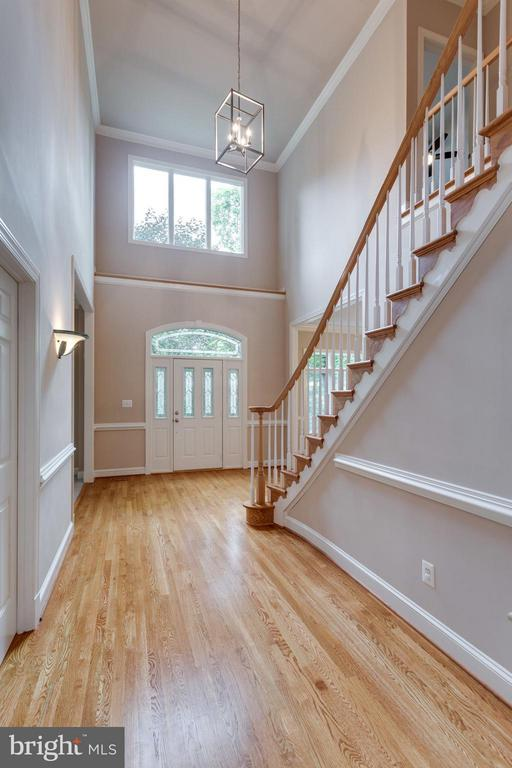 Gracious foyer to welcome your guests! - 3242 VALLEY LN, FALLS CHURCH