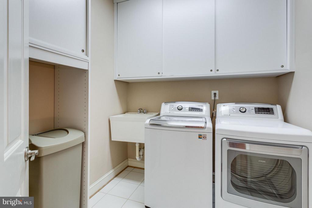 HUGE upper level laundry room - 3242 VALLEY LN, FALLS CHURCH