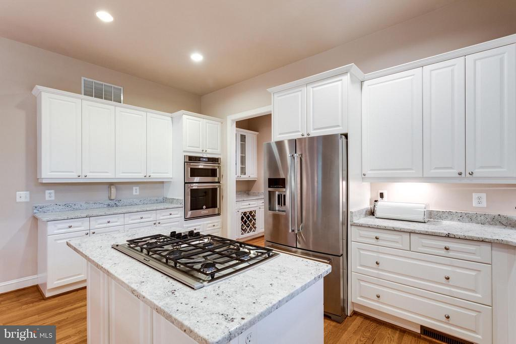 Plenty of space for lots of cooks! - 3242 VALLEY LN, FALLS CHURCH