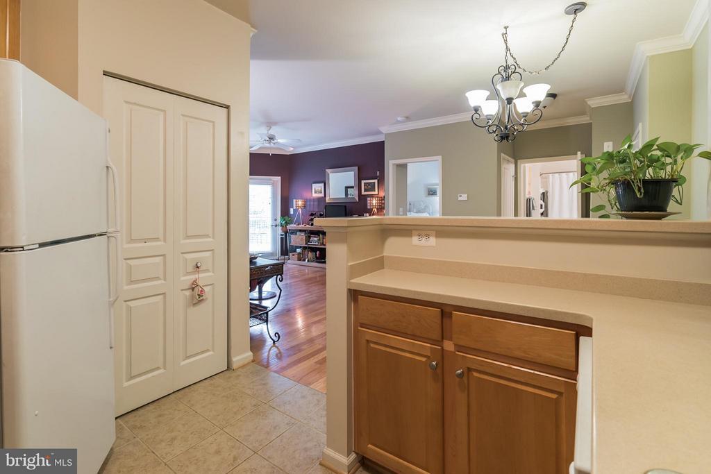 Raised Counter Hides Kitchen Stuff While Dining! - 12001 MARKET ST #152, RESTON