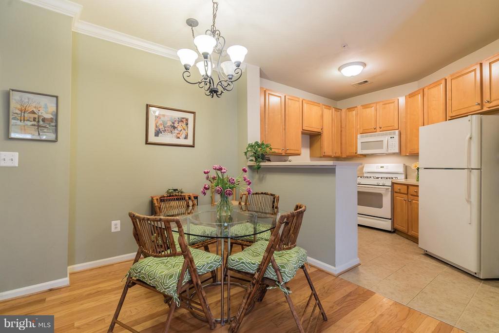 Convenient Kitchen to Table Arrangement - 12001 MARKET ST #152, RESTON