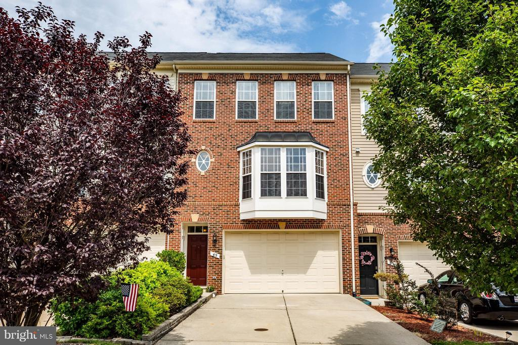 Stunning brick-front garage TH w/over 2,700 SF! - 49 PIKE PL, STAFFORD