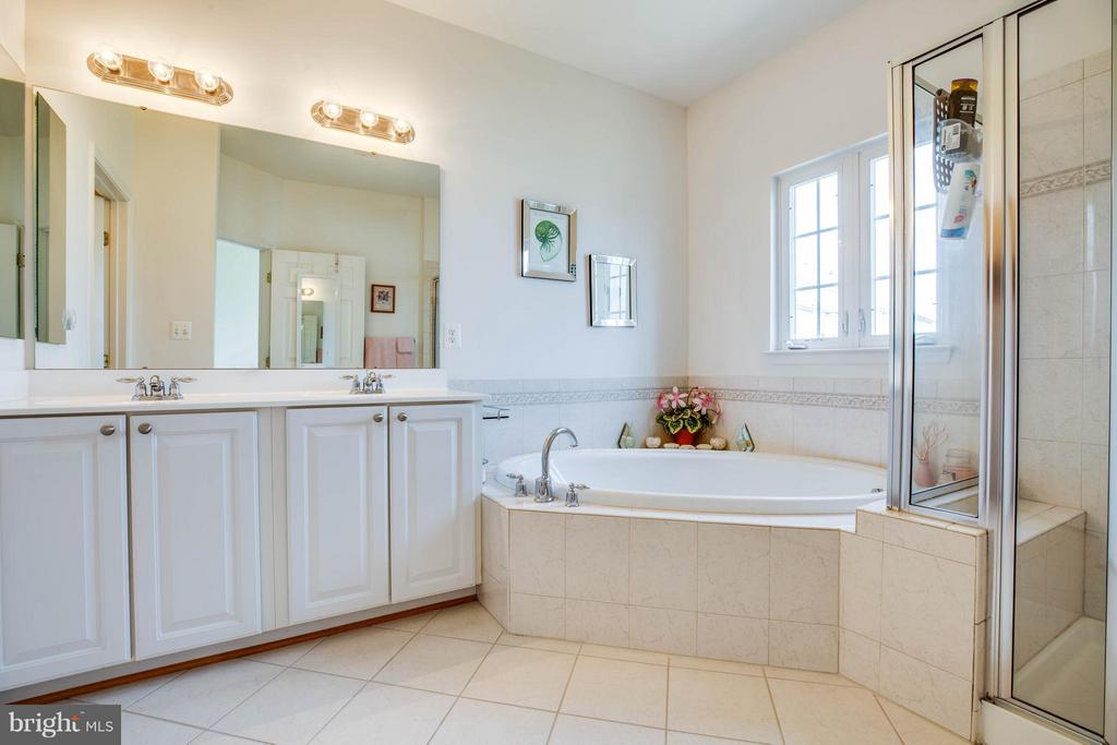 Roomy bath with double vanity and water closet - 49 PIKE PL, STAFFORD