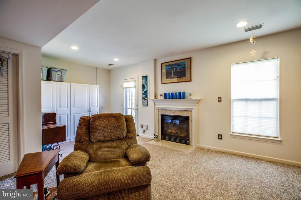 Walkout basement with gas fireplace - 49 PIKE PL, STAFFORD
