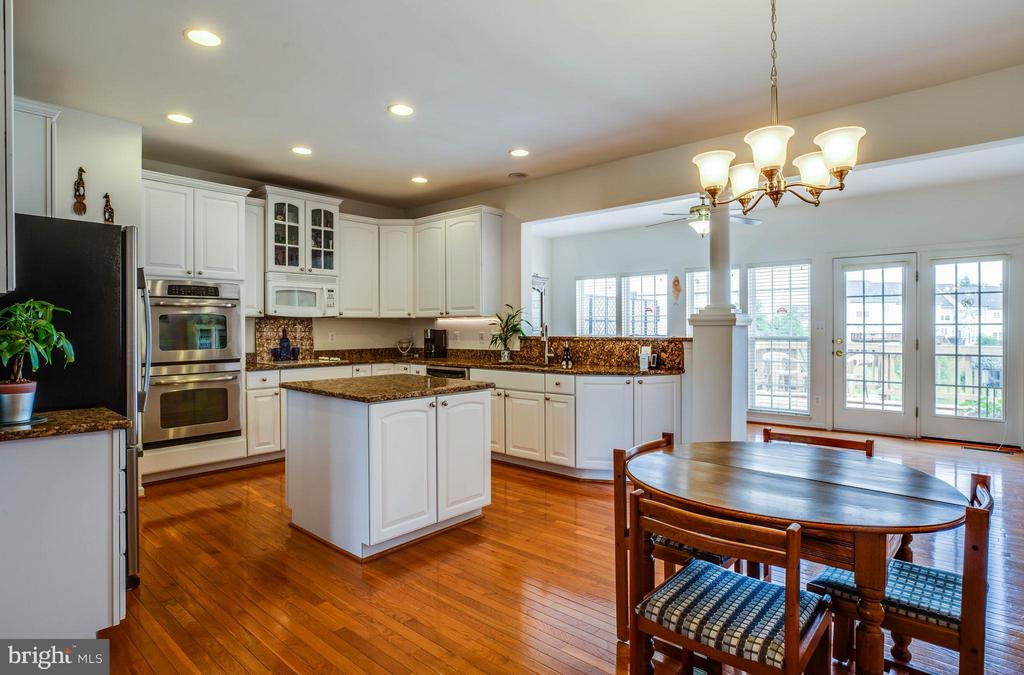 Open and airy! Spacious eat-in kitchen - 49 PIKE PL, STAFFORD