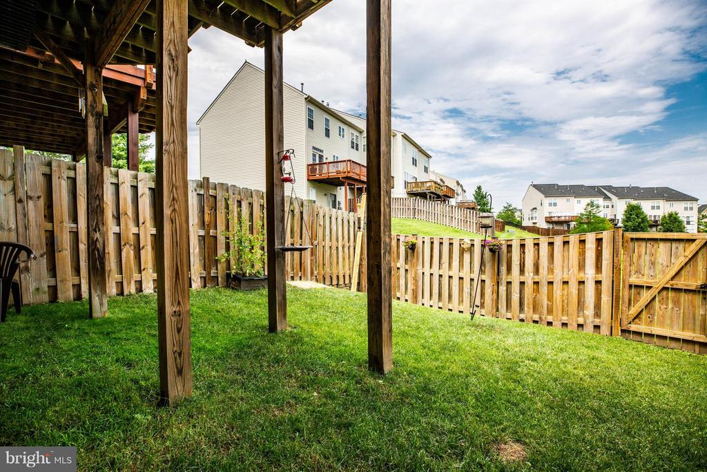 Fenced backyard is perfect for gardening - 49 PIKE PL, STAFFORD
