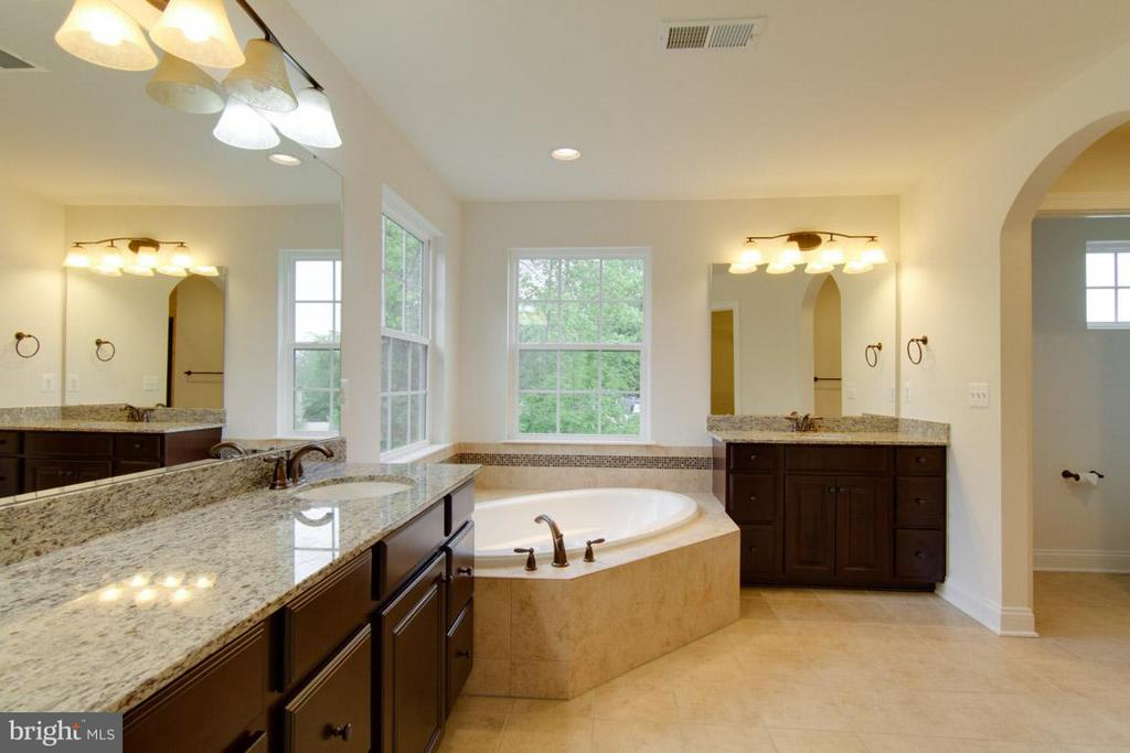 Beautiful Owner's En-suite with Soaking Tub - 5 KETTLEBROOK CT, STAFFORD