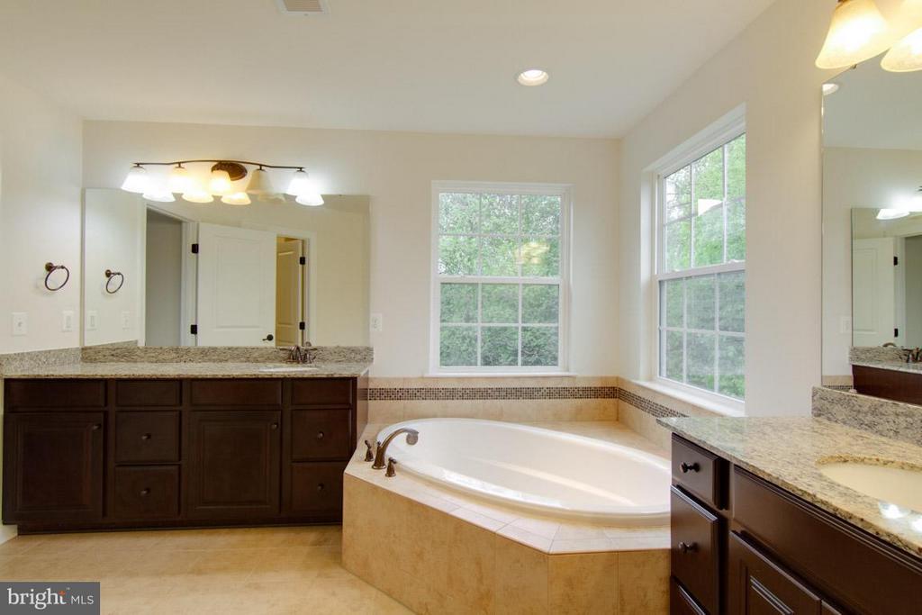 Owner's En-suite with Separate Vanities - 5 KETTLEBROOK CT, STAFFORD