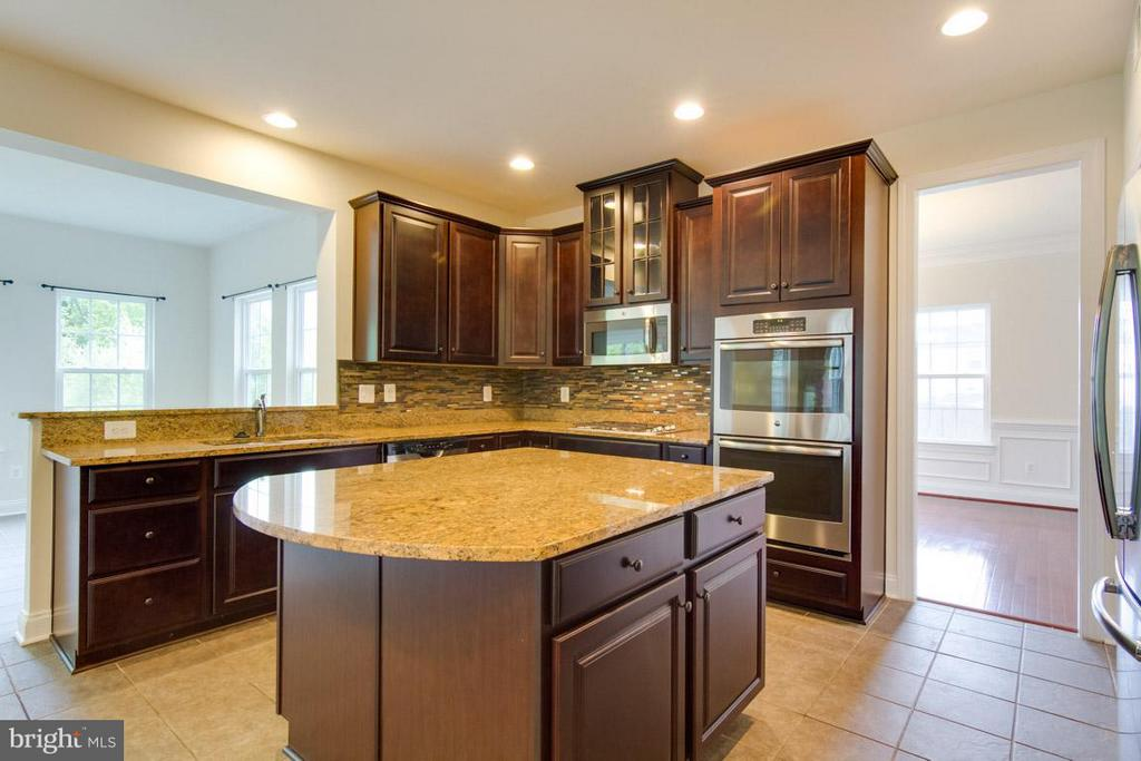 Gourmet Kitchen with Rear Sunroom - 5 KETTLEBROOK CT, STAFFORD