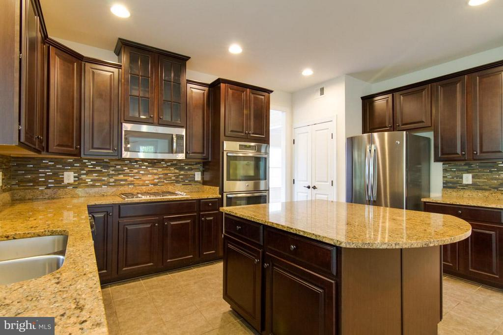 Kitchen with Beautiful Granite and Backsplash - 5 KETTLEBROOK CT, STAFFORD
