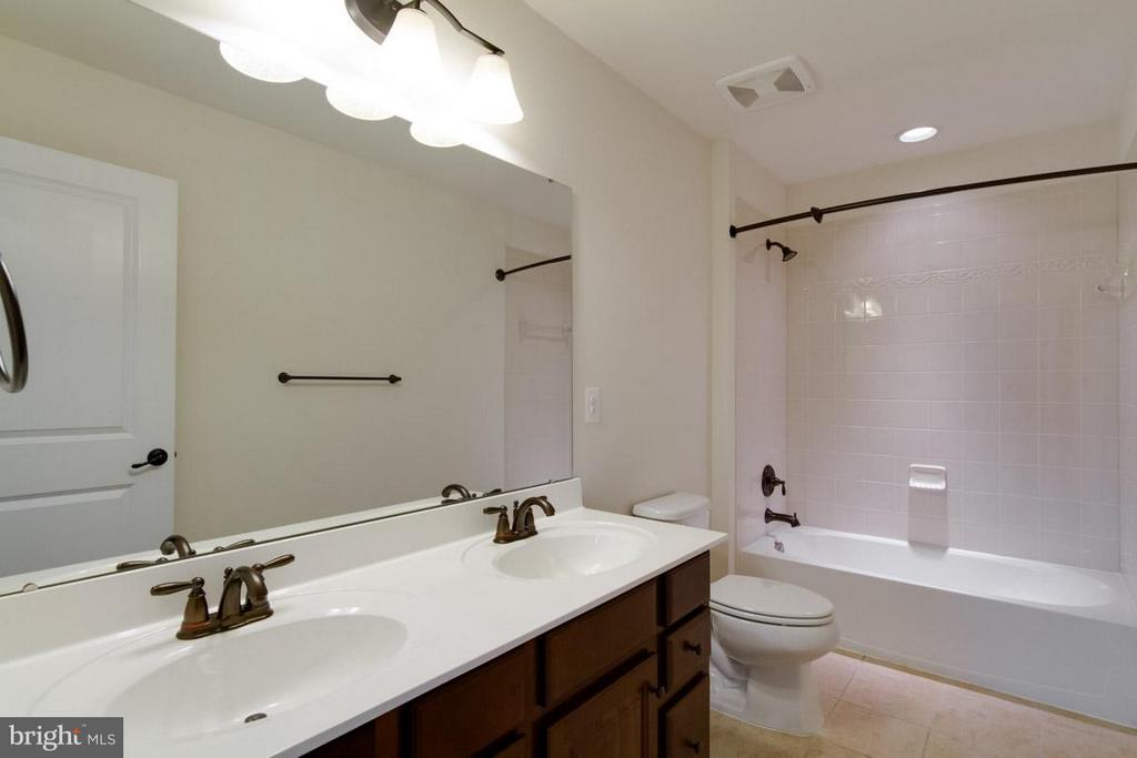 Hall Bath with Double Vanities - 5 KETTLEBROOK CT, STAFFORD