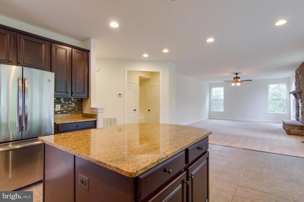 Kitchen View to Family Room - 5 KETTLEBROOK CT, STAFFORD
