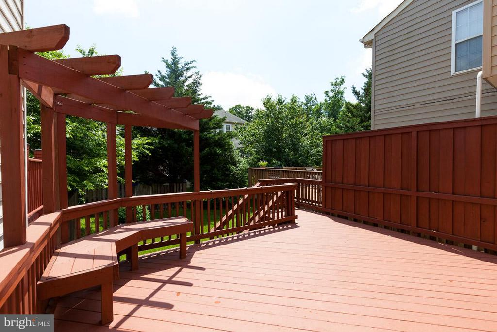 Relax on deck with privacy fence & built-ins - 3626 SINGLETON TER, FREDERICK