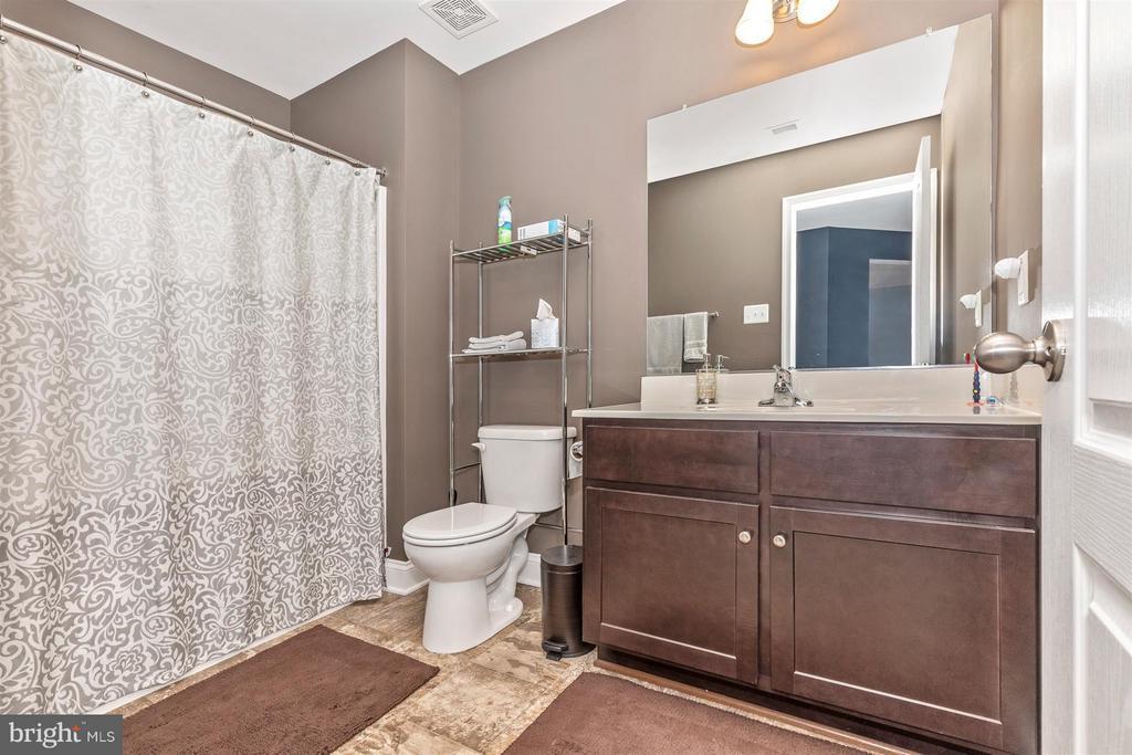 Upper level full bathroom. - 20118 ONEALS PL, HAGERSTOWN