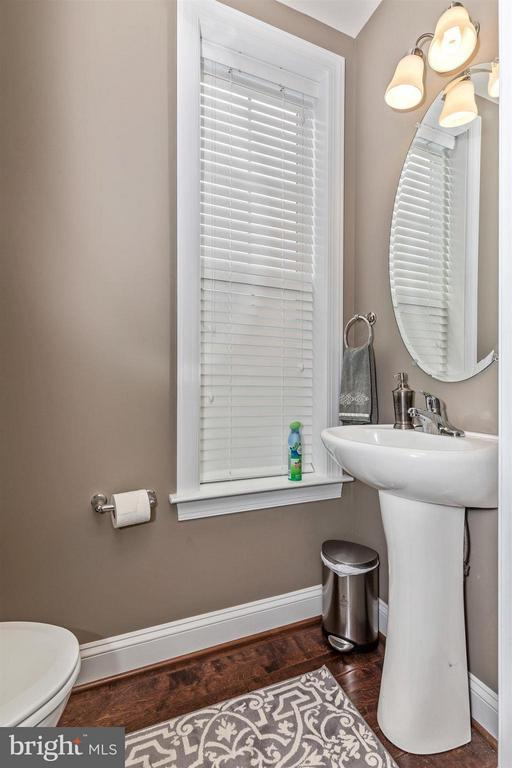 Main level powder room. - 20118 ONEALS PL, HAGERSTOWN