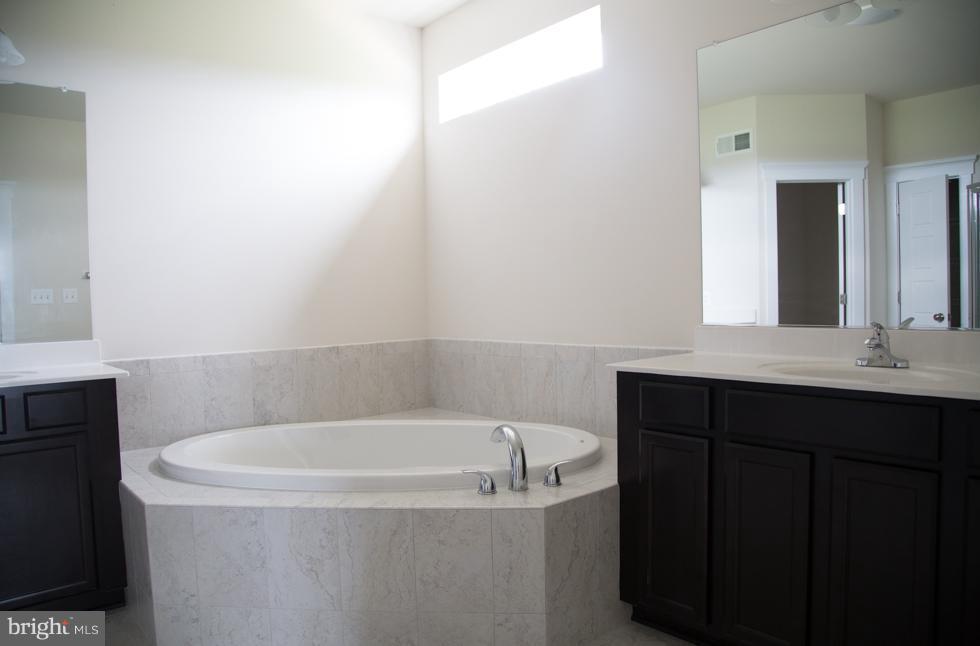 Bath (Master) - PRESIDIO PL, ROUND HILL