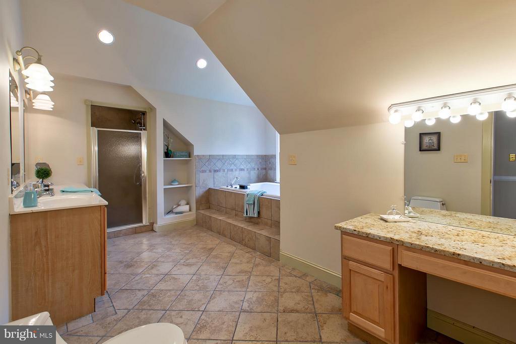 Super Master Bath w/ dual Vanities, sep Tub/Shower - 16808 OAK HILL RD, SILVER SPRING
