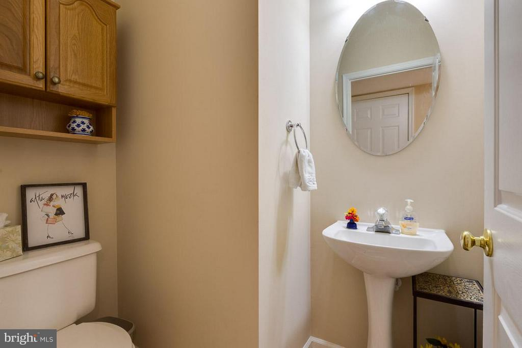 Main level powder room - 19101 ABBEY MANOR DR, BROOKEVILLE