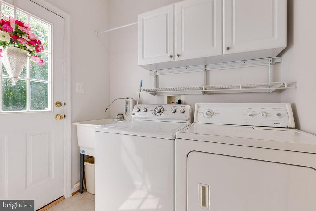 Kitchen level laundry room w/ door to deck - 19101 ABBEY MANOR DR, BROOKEVILLE