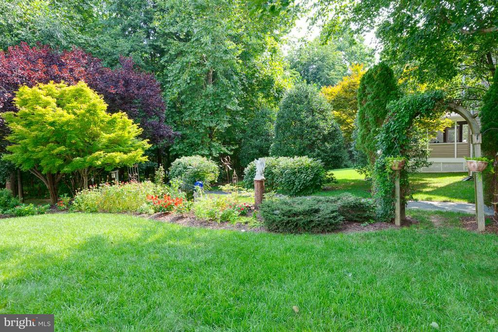 Rear yard garden arch leads to green preserve - 19101 ABBEY MANOR DR, BROOKEVILLE