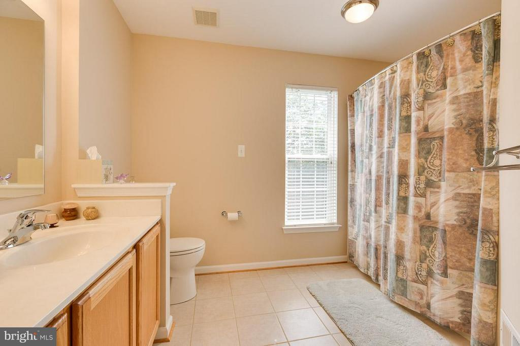 Double sink vanity, ceramic tile master bath - 19101 ABBEY MANOR DR, BROOKEVILLE
