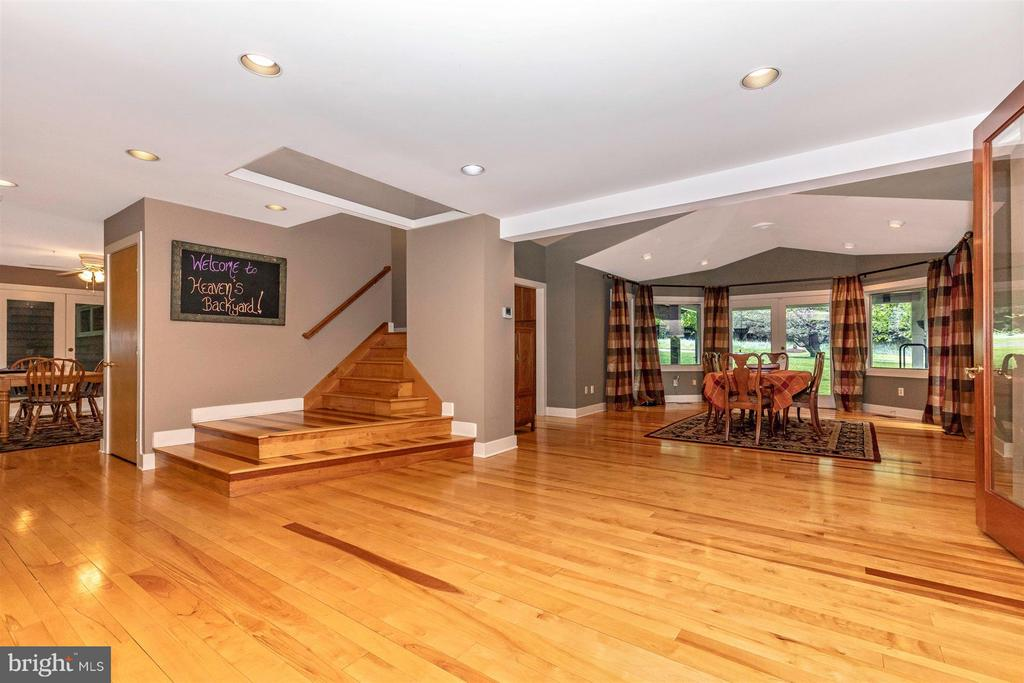 Spacious Open Landing to LR, DR and Kitchen - 6303 WINPENNY DR, FREDERICK