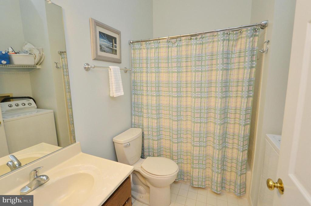 full bath in hallway upstairs - 44051 GALA CIR, ASHBURN