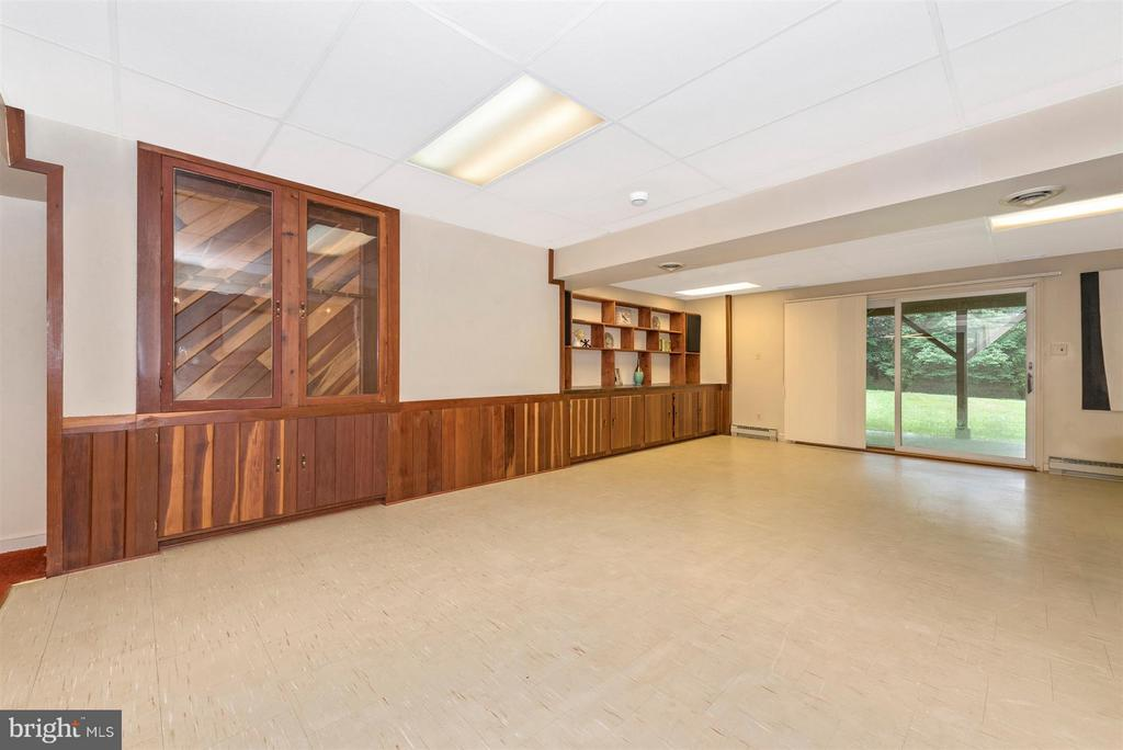 Built in bookshelves! - 12403 HILL CT, MOUNT AIRY