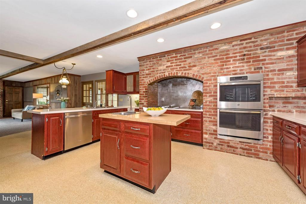 Unique Tuscan Kitchen! - 12403 HILL CT, MOUNT AIRY