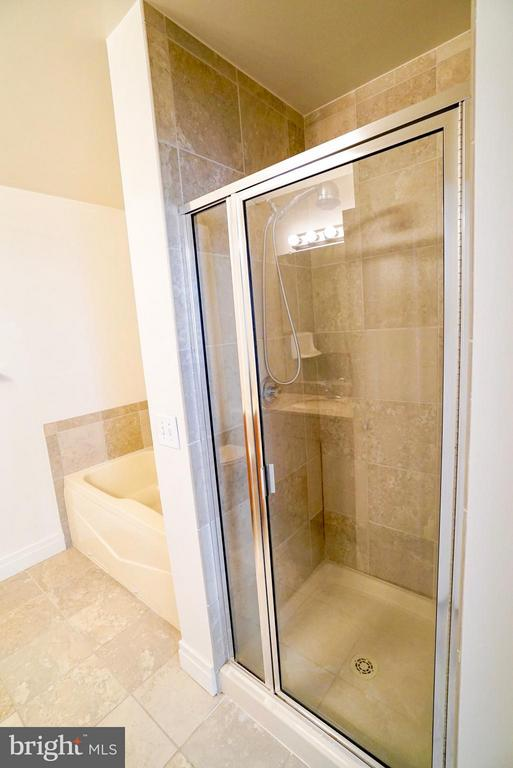 Separate shower and tub - 1205 GARFIELD ST #408, ARLINGTON