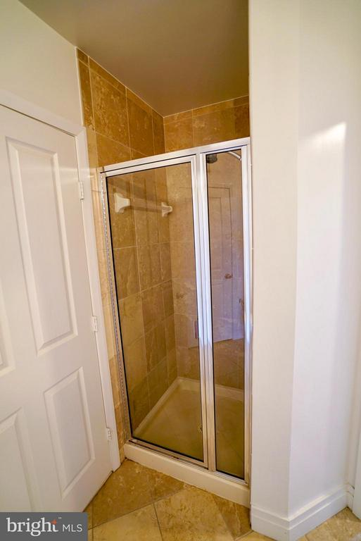 Separate shower in second bathroom - 1205 GARFIELD ST #408, ARLINGTON