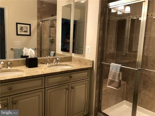 Master Bath,w/doored water closet - 2607 S KENMORE CT, ARLINGTON