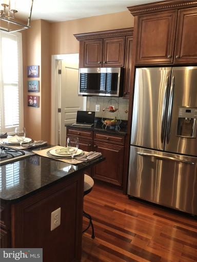 Stainless Appliances, upgraded cabinets - 2607 S KENMORE CT, ARLINGTON