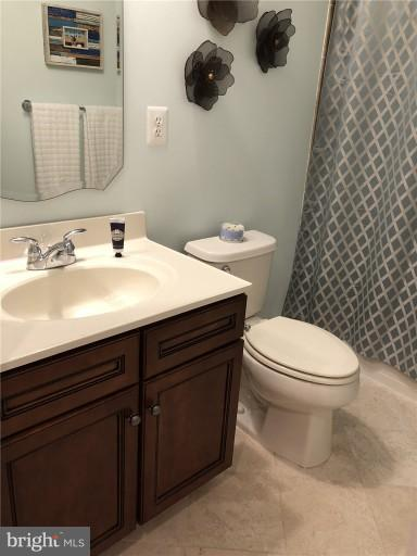 Entry Level Full Bath - 2607 S KENMORE CT, ARLINGTON