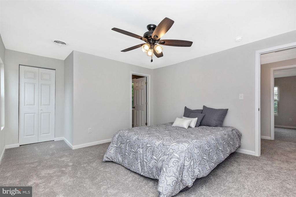 New ceiling fan with remote. - 12543 BRANDENBURG HOLLOW RD, MYERSVILLE