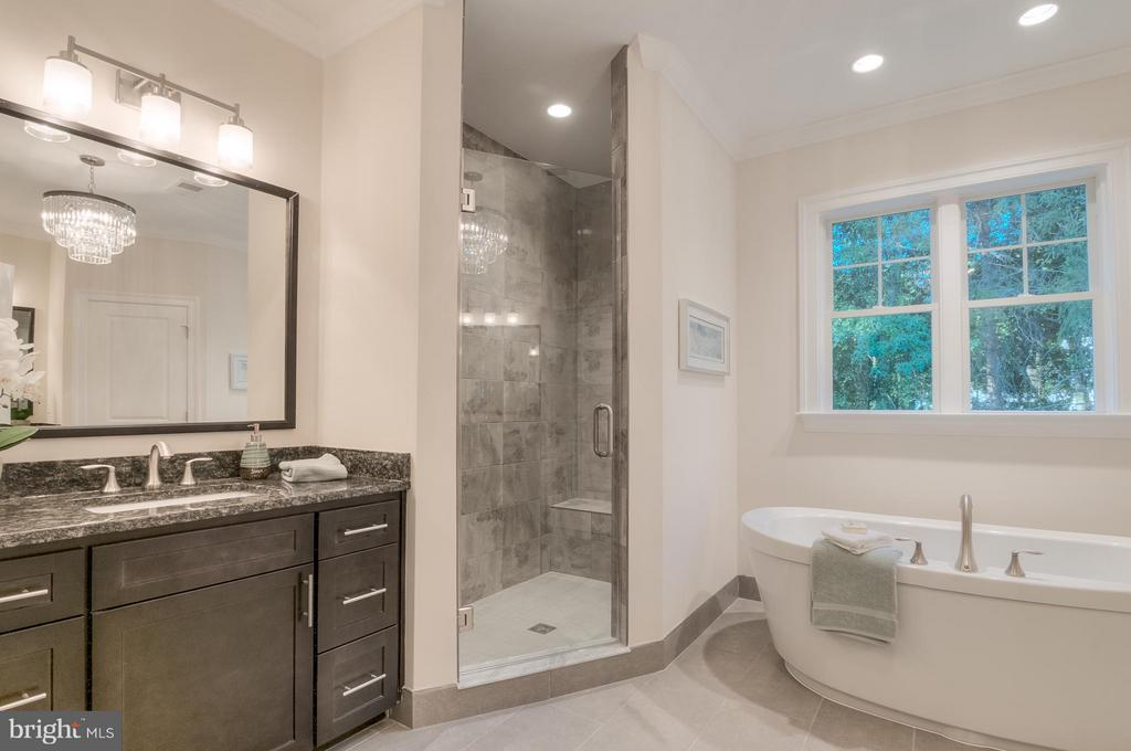Bath (Master) - 2221 KENTUCKY ST N, ARLINGTON