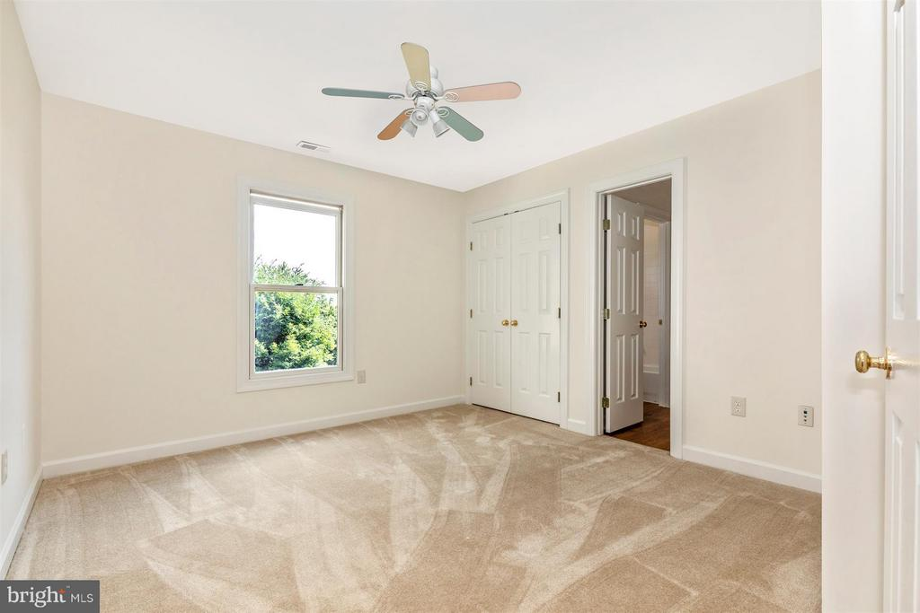 Upper Level Bedroom with Full Bath Access - 5580 BROADMOOR TER N, IJAMSVILLE