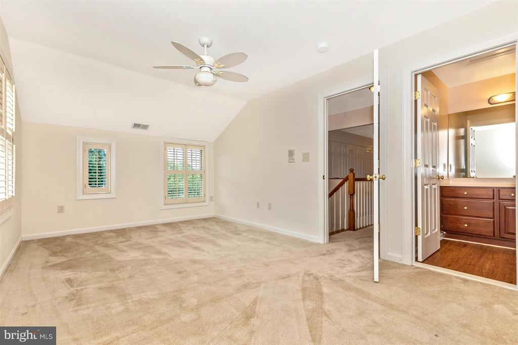 Upper Level Bedroom with Private Full Bath and WIC - 5580 BROADMOOR TER N, IJAMSVILLE