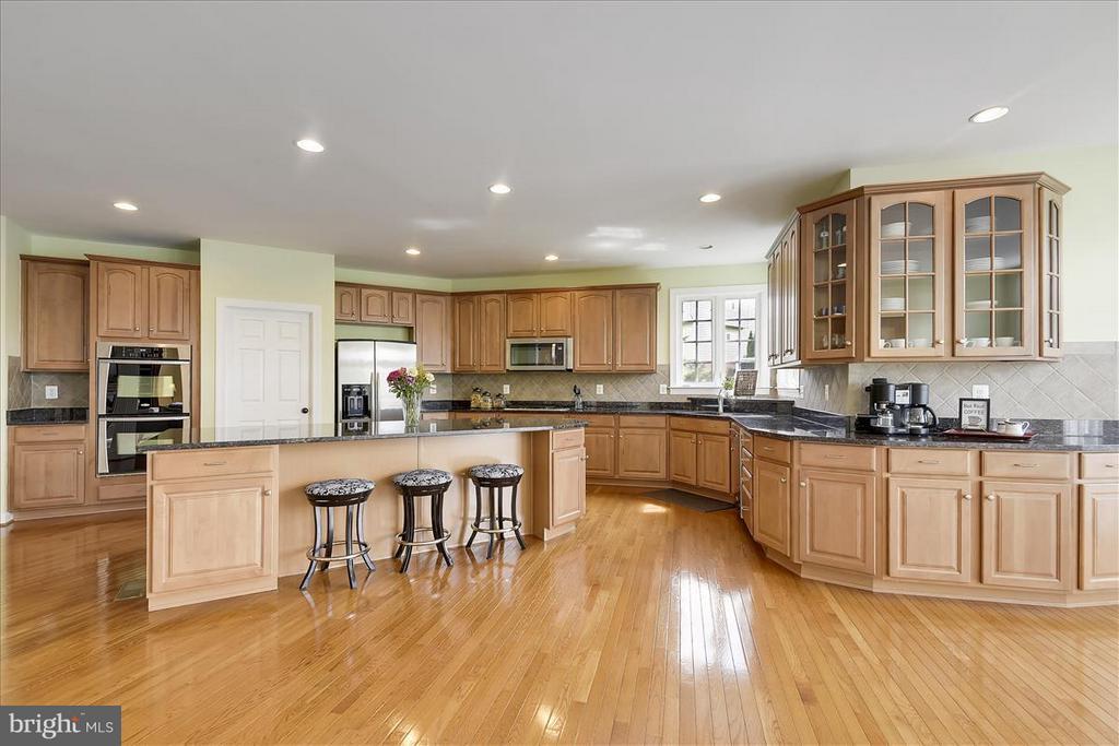 Spacious kitchen with granite counter top - 4026 BELGRAVE CIR, FREDERICK