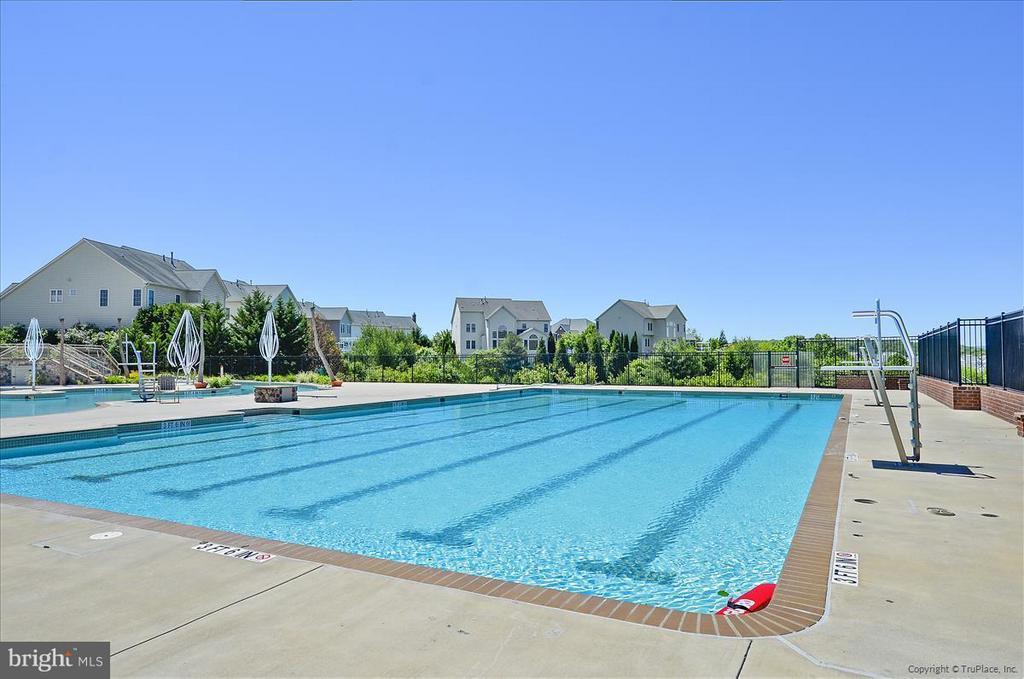 Enjoy swimming outdoors - 4026 BELGRAVE CIR, FREDERICK