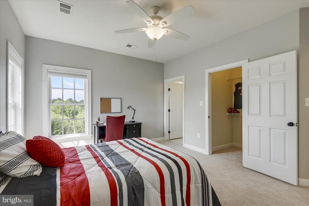 First upper level bedroom with full bath - 4026 BELGRAVE CIR, FREDERICK