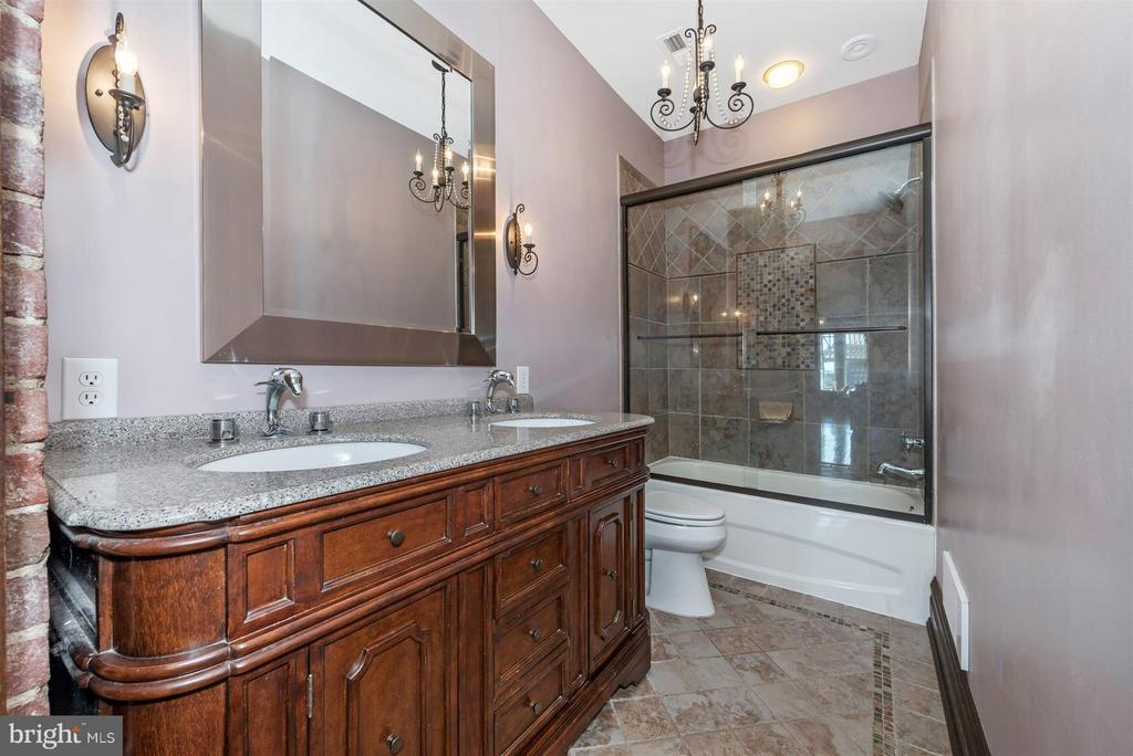 Hall Full Bath - 709 E MAIN ST, MIDDLETOWN