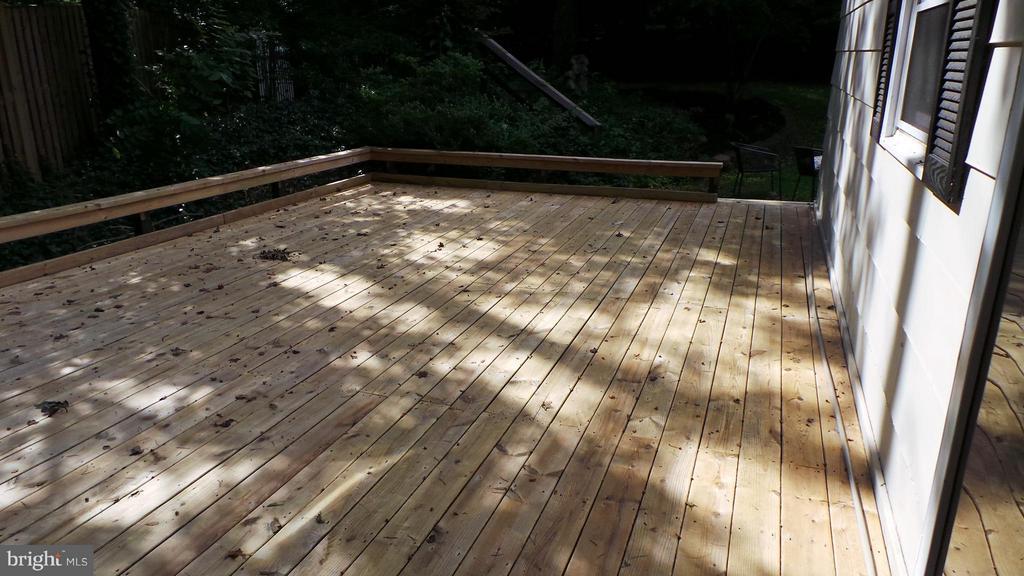 Huge deck makes outdoor entertaining a breeze. - 102 MARINE CV, STAFFORD