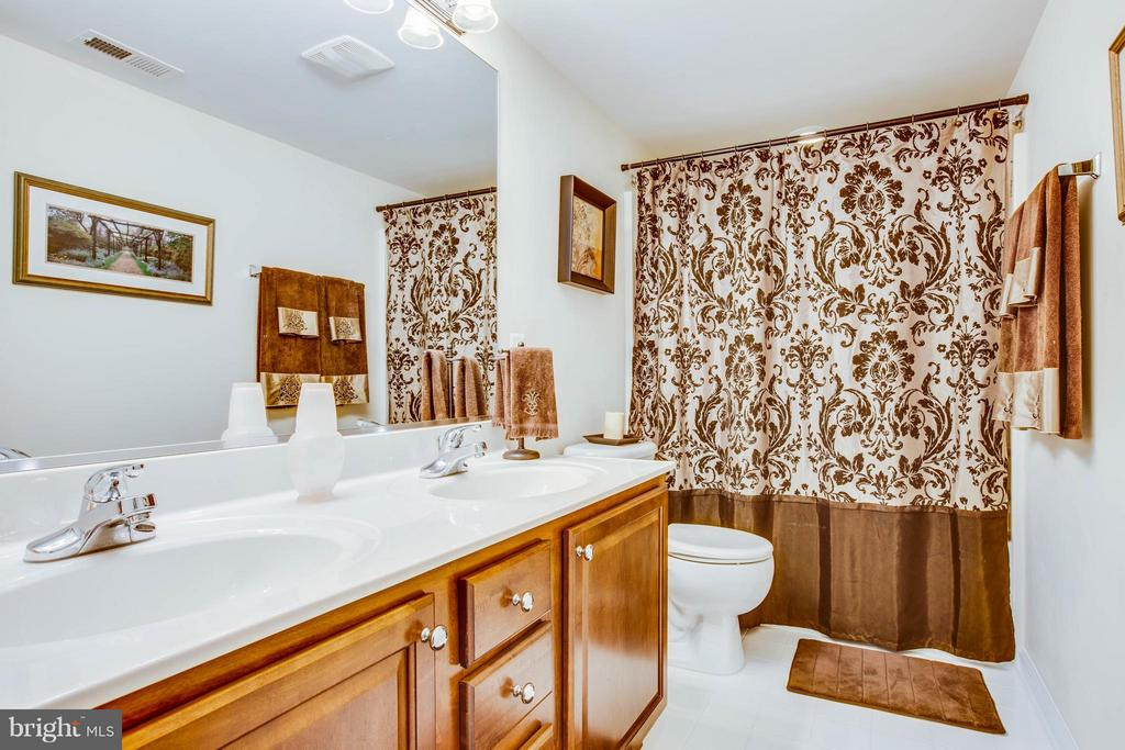 Hallway Full Bath - 513 DUNMORE ST, FREDERICKSBURG