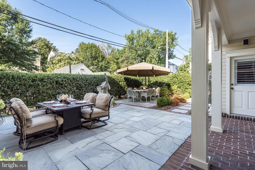 Private back yard patio....look at those hollies! - 9 SOUTH ST, ANNAPOLIS